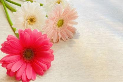 白のお皿に盛りつけられたイチゴのホールケーキ。ナイフとフォーク。グラスに注がれたアイスティー。ミントの葉。