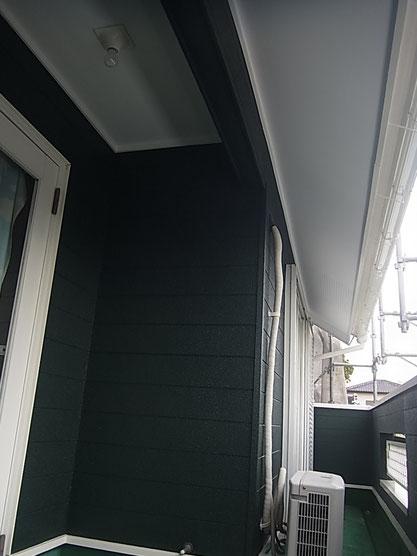 ベランダ内部の壁塗り替え状況。