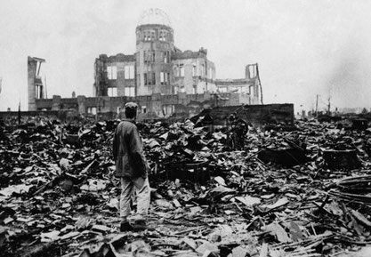 1945年8月6日 原爆ドームの前で立ちすくむ男。