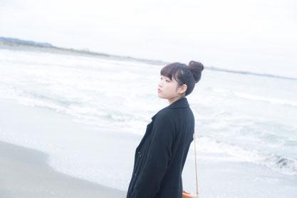 姿勢よく歩く奈良県広陵町の女性