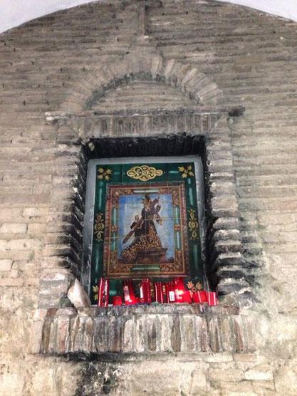 Imtación a azulejo copia del que se encuentra en el domicilio del que fuese hermano mayor D. Juan Fernández, que sustituyó al original tras deteriorarse en un incendio.