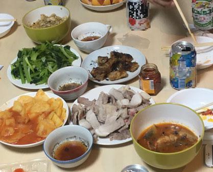 横浜で左官・土間工事を施工する会社、泊工業ではベトナム料理で仲間意識を高めています。