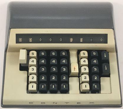 Sumadora CONTEX B, s/n 411002842, fabricada por Gebr. Carlsen, Gentofte (Dinamarca),  año 1951, 23x23x7 cm