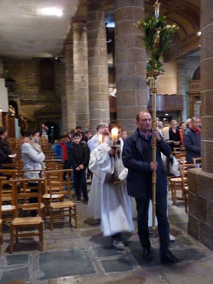 5- on se déplace en procession pour déposer le Saint sacrement à l'autel latéral, le tabernacle étant ouvert et vide.