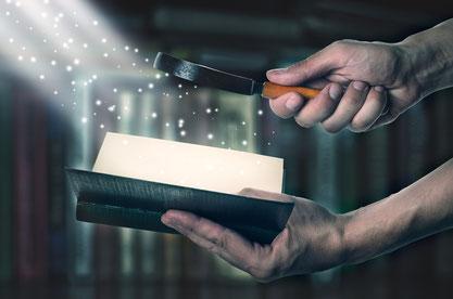 a parole est une lampe à mes pieds et une lumière sur mon sentier. La lumière est associée à la connaissance, à la compréhension, à la clarté de l'enseignement divin, aux avertissements salutaires.