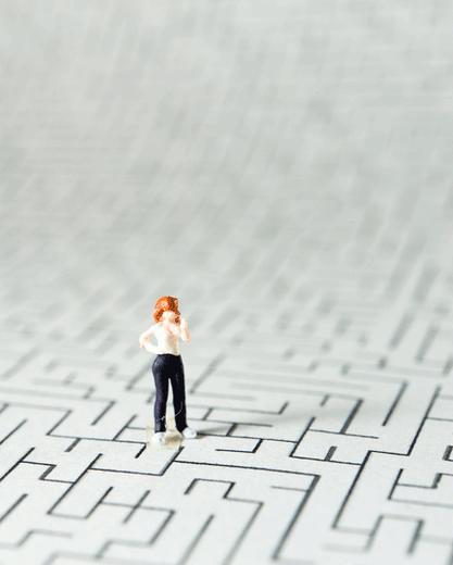 Bild von Spielfigur, die in einem Labyrinth steht