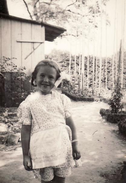 Historische Aufnahme: Gabriele Heinen im Künstlergarten, ca. 1938 - im Hintergrund das Gartenhaus
