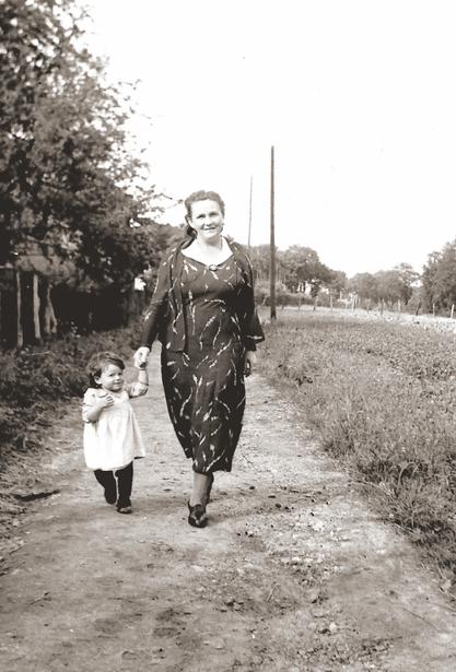 Erna Heinen-Steinhoff auf dem Weg zwischen den Häusern der Künstlerkolonie und dem Künstlergarten, 1939
