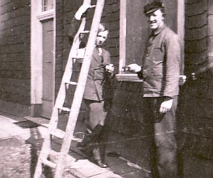 Historische Aufnahme: Einzug 1932 ins Schwarze Haus – Hans-Theo Heinen mit Handwerker an der Nordseite des Schwarzen Hauses