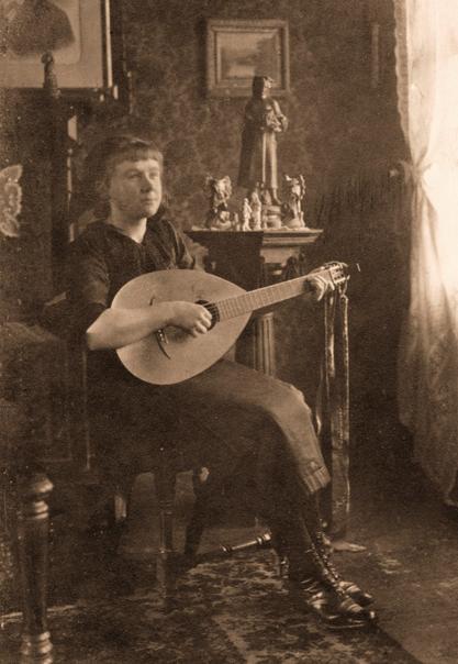 Erna Heinen-Steinhoff mit Laute - Historische Aufnahme um 1916