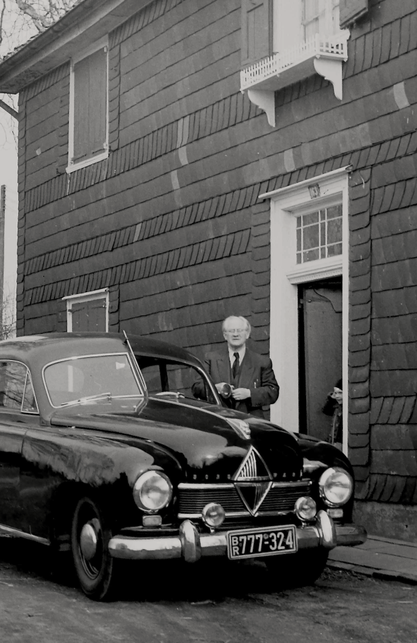 """Hanns Heinen (1895-1961) vor dem """"Schwarzem Haus"""" im Solinger Stadtteil Höscheid. Die Familie Heinen zog hier im Dezember 1932 ein"""