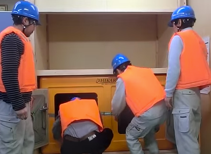 津波シェルターCL-HIKARiに大人4人が避難