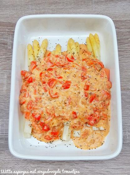 Witte asperges met sausje van zongedroogde tomaatjes