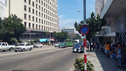 La Rampa, una calle muy comercial rodeada de hoteles y el sitio estratégico donde los cubanos se conectan al internet a precio de oro.