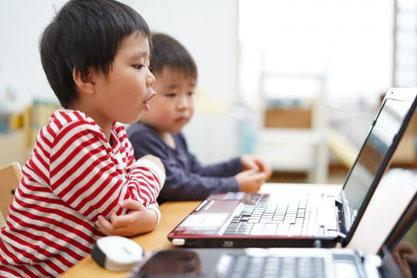 パソコン学習をする子供たち