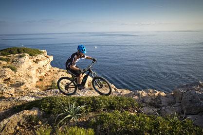 Den Urlaub genießen auf e-MTB Reisen in den Bergen und am Meer