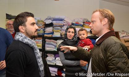 Jan Metzler unterhält sich mit den Flüchtlingen die in Wöllstein ein Zuhause bekommen haben
