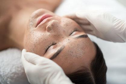 trattamento viso esfoliante scrub pulizia massaggio