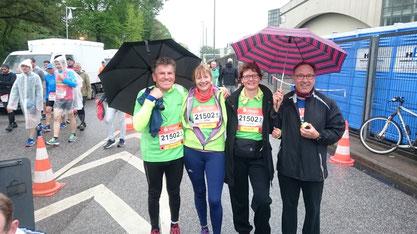 Bis zur letzten Minute: Erhard, Antje, Verena und Thomas unterm Regenschirm