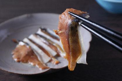 天たつの「へしこ酒あらい」は塩の強いへしこ鯖を福井の地酒粕に漬け込み塩を抜いて作る、生で食べる天たつオリジナルのお刺身へしこです