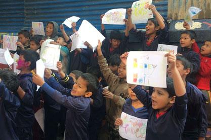 Unsere jüngsten Kinder mit ihren selbst gestalteten Holi Schildern.