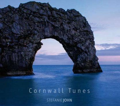 """Das Albumcover von """"Cornwall Tunes"""" zeigt eine wunderschöne Felsformation."""