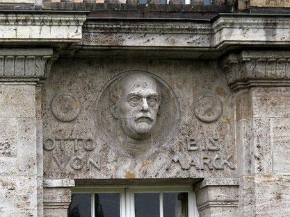 Das Porträt Bismarcks in der Reihe der sechs Denker, links des Portals. Rechts davon befinden sich sechs Dichter. Bild: Kamahele (Synonym = Eberhard Hauff) / / CC BY-SA (https://creativecommons.org/licenses/by-sa/3.0).*