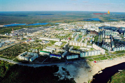 Das Foto aus dem Net ist von 1998. Hinten re. das besagte Ölfeld,  in der Mitte rechts, der braune Ziegelkoloss ist das heutige Hotel Agangrad!