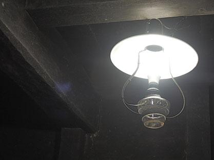 千屋の今昔写真館を灯してくれるランプは、大家さんが残されていたホンモノ。