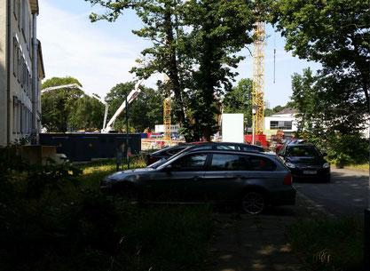 Blick vom Grundstück des Familienhauses zur ELKI Baustelle