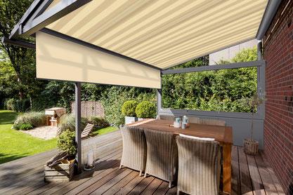Schattiges Plätzchen dank Terrassendach in Kombination mit Markise. Mit einer senkrechten Verschattung kann der Rund-um-Schutz perfekt ergänzt werden. Foto: Solarlux