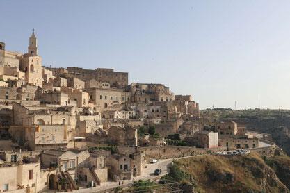 Altstadt von Matera in sanftem Licht, rechts fällt die Schlucht ab