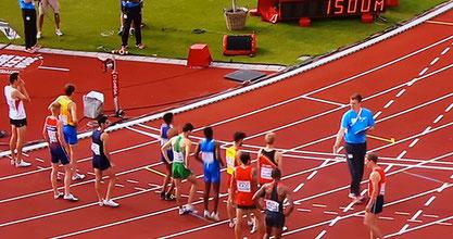 Screenshot von der ORF-Übertragung mit dem 1500m Starterfeld. Andreas Vojta ganz links.