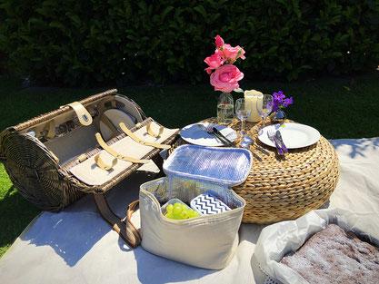 Hygge - Picknick im Garten mit Kaffee und Kuchen