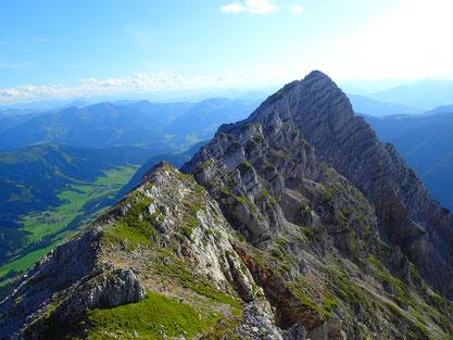 erst nach dem höchsten Gipfel geht es bergab