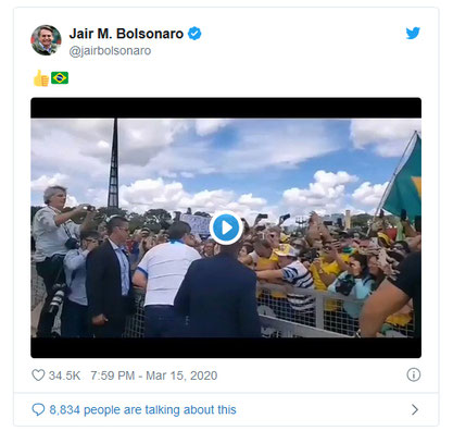 Back from the US and despite allegations of contamination within the delegation, Jair Bolsonaro shakes hands with the crowd in Brasilia
