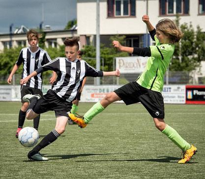 Hinein: Richraths Fußball-Junioiren (hier die D I im Spiel gegen SC SW Düsseldorf 06) waren beim eigenen Turnier noch nie erfolgreicher. FOTO: Ralp Matzerath