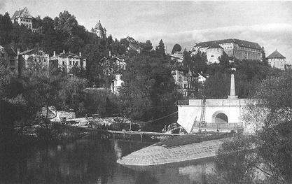 Die zerstörte Eisenbahnbrücke im Sommer 1945. Bild: Unbekannter Fotograf, veröffentlicht von den Gebrüdern Metz, UAT.****
