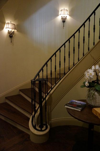 ロートアイアンの手すりの付いた螺旋状の階段。