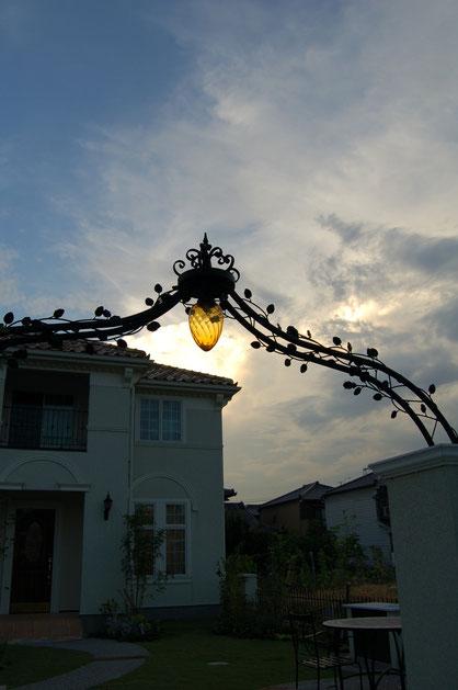 柴垣のデザインしたロートアイアン製のアーチとライト