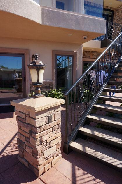 メインの玄関へ上がっていく階段の前にあった角柱。大きいアメリカンサイズ!