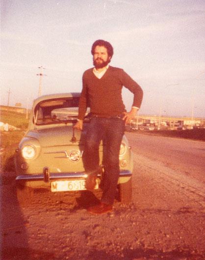 Nuestro primer coche, un seat 600 verde. Me lo regaló Pedro al terminar la carrera de enfermería ( DUE ). Año1978. F. Merche. P. Privada.