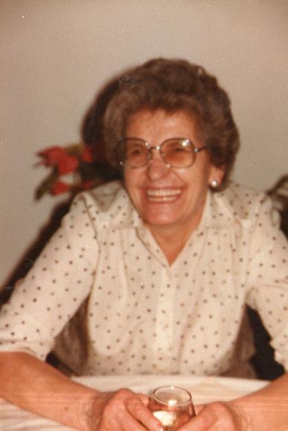 La abuela toma.............una copita. F. P. Privada.