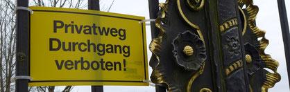 dieses Schild wird wohl noch lange am Eingangstor hängen...