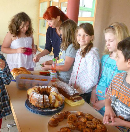 Letzte Vorbereitungen vor dem Kuchenverkauf