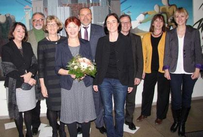 Gruppenbild mit neuer Rektorin: Mit Ute Nettlau (mit Blumenstrauß) freuten sich (von links) Gabriele Sengstock, Manfred Koch, Ursula Jordan, Rudolf Michl, Meike Schmidt, Harald Rilk, Margarete Ruck und Mona Schneider.