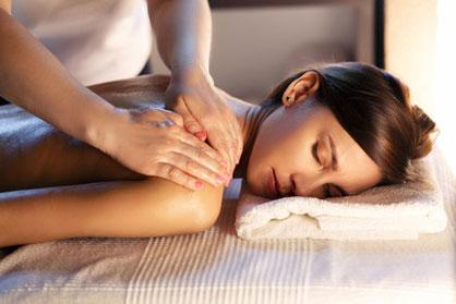 Entspannte Frau bei Rücken- und Schultermassage mit Öl