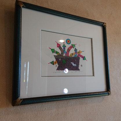福岡出身の大場正男さんのリトグラフを壁(三点)にかけております、かわいく夢がありほっこりさせる作品です