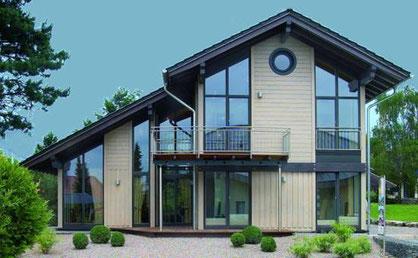 «Prämiertes Musterhaus Bambus» par Stommel Haus GmbH — Stommel Haus GmbH. Sous licence CC BY-SA 3.0 via Wikimedia Commons - https://commons.wikimedia.org/wiki/File:Pr%C3%A4miertes_Musterhaus_Bambus.jpg#/media/File:Pr%C3%A4miertes_Musterhaus_Bambus.jpg