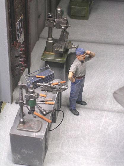 Werkzeugtisch mit Bohrmaschine